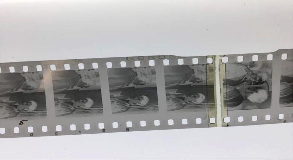 Une collure au scotch débordant sur deux images du négatif